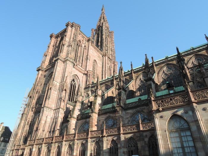旧市街中心部にそびえるストラスブール大聖堂は、ロマネスク様式の重厚感ある歴史的建造物で圧倒的な存在感を放っています。尖塔の高さは142メートルで、教会としては世界で6番目の高さを誇ります。