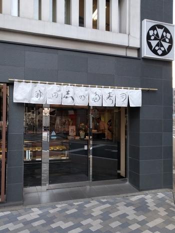 """いなり寿司の老舗、神田志乃多寿司 (かんだしのだずし)。千代田区の「淡路町駅」から徒歩1分ほどの所にあります。  しのだとは""""いなり""""のこと。いなり寿司に使う油揚げは1度に約2,000枚を煮込んでいるのだとか。"""