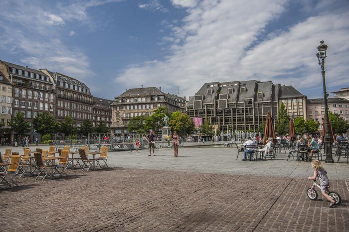クレベール広場は、ストラスブール旧市街の中心部に位置する広場です。石畳が敷かれ、壮麗な歴史的建造物に囲まれた広場は、様々なイベントの会場として使われています。