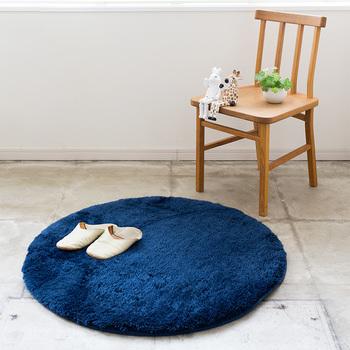 また、足元だけを温かくしたいのであれば、円形のふわふわラグも可愛いですよ。椅子やソファの足元、ベッドサイド、洗面所など、いろいろな場所に使えます。