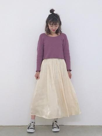 トップスの肉厚感と、ボトムのふんわり感が絶妙マッチ!ニットのメロウ仕立てや、スカートの柔らかな光沢に、ほんのりと女の子らしさが漂います。