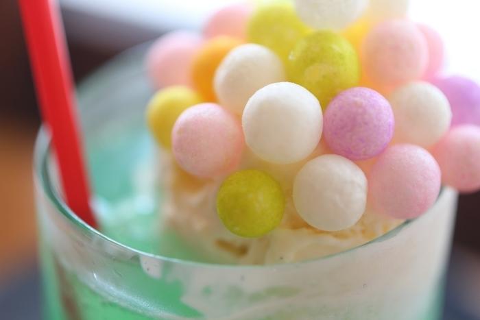 「おいり」とは餅米で作ったあられの一種。カラフルでとってもかわいいですよね。 サクサクとした軽やかな食感の「おいり」がアイスとマッチ。ソーダと一緒に口の中で混ざると、懐かしい甘さが広がります。