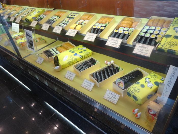 1階は、いなり寿司やかんぴょう巻などの折詰を購入できる、お持ち帰り用の売店。鈴木信太郎さんのイラストの包装も、サンプルとして置かれています。