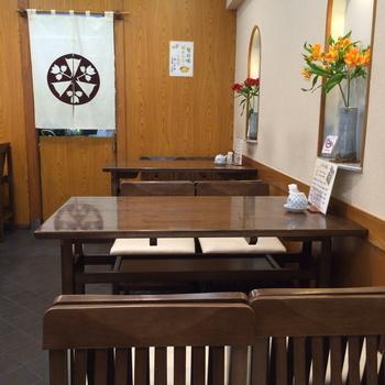 地下1階には落ち着いた雰囲気のテーブル席とカウンターがあり、ゆっくりとお寿司を味わえます。