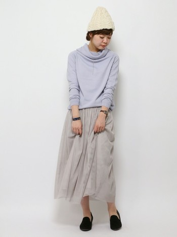 淡いパープルニットに、ホワイトに近いグレーのチュールスカート。洋服の色も素材も沈みがちな寒い時期に、この取り合わせはぜひ真似したい!