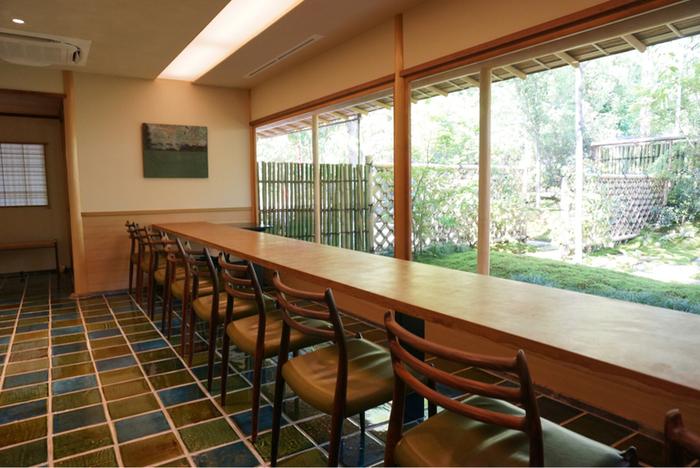 古民家をフルリノベーションしたという店内は、カウンター席がおすすめ。美しい庭を目の前にしながらスイーツを楽しめます。  床には織部焼のタイルが。木漏れ日が差し込むと青と緑が映えてとてもキレイですよ。
