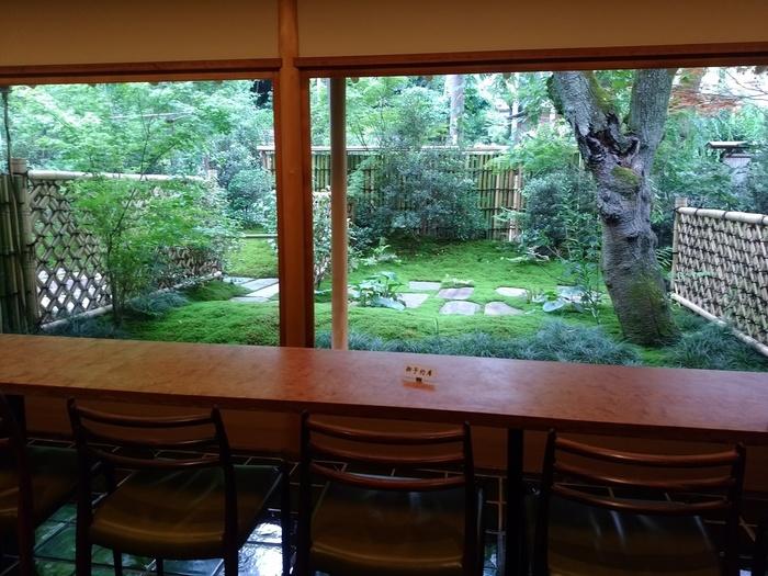 カウンターからの眺めはこの通り!立派な木と苔庭が見事です。大きなガラス窓から眺める庭は、まるで一枚の絵画のよう。