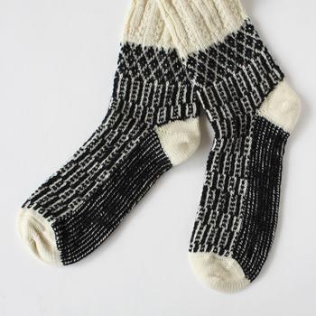 ドイツのHIRSCH NATUR(ヒルシュ ナチュラ)のウール100%の靴下。パタゴニアの羊のオーガニックウールや天然染料を使用するなどこだわって作られています。