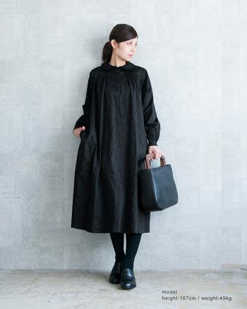 落ち着きのあるブラックのワンピースは、ちょっとしたフォーマルなシーンにも使えます。バッグやシューズに革素材のアイテムを選べば、上品かつ洗練された印象を出す事ができます。