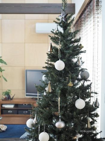 クリスマスの飾りつけといえば、やっぱりツリーですよね。ところで、ツリーのオーナメントはたくさんあるけれど、「足もと」が味気ないと思ったことはありませんか?みなさんのおうちでは、どんな風に飾っているのか覗いてみましょう。