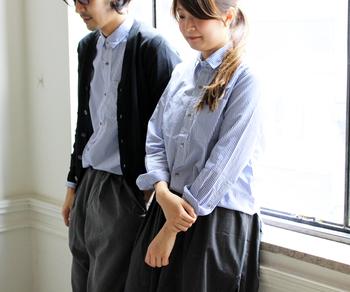 ストライプ柄のシャツを、女性はそのまま。男性はカーディガンをプラスして着用したおそろいコーデ。1枚で着るとおそろい感が目立つのが気になるという方は、ライトアウターやレイヤードで調整するのがおすすめです。