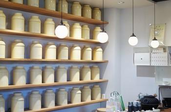 店内では、お茶の販売とカフェスペースがあり、静岡県内で唯一「日本茶鑑定士」が選んだ、70種類を超すお茶の試飲が楽しめます。毎朝仕入れられる鮮度の高いお茶パックは、お土産としても持って帰りたいですね。