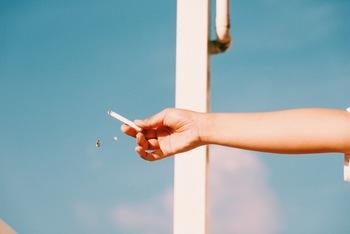焼き肉と同様に、タバコも服に臭いが付きやすいものです。普段からタバコを吸っている喫煙者はあまり気付きませんが、タバコを吸わない非喫煙者にとっては悪臭と感じてしまうことも。こちらもエチケットとしてきちんとケアしたいですね。