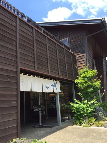 一階は深蒸し茶の販売、2階はカフェ、そして他にもお茶にまつわるギャラリーがあります。掛川市まで足をのばしてゆったりと深蒸し茶をのみながら休息しましょう♪
