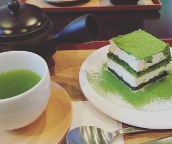抹茶ティラミスのケーキは、深蒸し煎茶とセットでほっこりとした味わい。他にも季節によって登場する限定メニューも楽しめます。