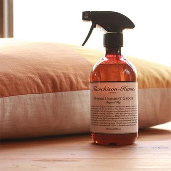 臭いを予防する方法は色々とありますが、もっとお手軽に消臭するなら専用スプレーもおすすめです。見た目もおしゃれなMurchison-Hume(マーチソンヒューム)のガーメント グルームは、表面の汚れを落としやすくし、素材のツヤも蘇らせる優れもの。抗菌、防臭効果も期待できます。