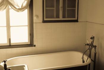 意外な方法ですが、入浴した後の浴室に服を干しておくのも効果があるそうです。浴室内にこもった湿気が臭いを吸収してくれるので、ただかけておくだけで消臭ができるのだとか。とても簡単な方法ですね。干した後はもちろん湿っていますので、翌日は風通しの良い場所で乾燥させることを忘れないようにしましょう。