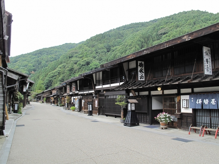 奈良井宿があるのは、長野県南西部にある塩尻市の、周囲を山々に囲まれた木曽地域。木曽路最大の難所「鳥居峠」が近くにあるため、これから難所の峠越えに挑む者、または峠を越えてきた者たちで、当時大盛況を博していたそうです。