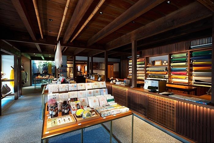 近鉄奈良駅から徒歩8分ほどの所にある「遊 中川 本店(ゆうなかがわほんてん)」は、1716年に創業し手績み手織りの麻織物を作り続けている中川政七商店(なかがわまさしちしょうてん)の店舗。伝統を大切にしながら新しいことを取り入れて変化しつづけるブランドです。