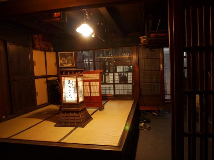 ゑちごやの玄関口では、「旅籠行燈(はたごあんどん)」が江戸の昔からあたたかい光を投げかけています。