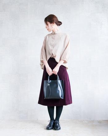 光沢感のあるシャイニーなブラウスとベルベットのスカート。どちらも高級感があるので、飲み会の席のおめかしスタイルにおすすめです。