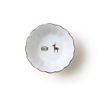 ほのぼのとした鹿と鹿せんべいのイラストがかわいい小鉢「KUTANI SEAL 菊小鉢 鹿と煎餅」は、直径8センチと小さいので小物入れとしてもオススメです。