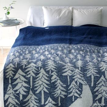 ベッドカバーとしてもぴったりの大きさ。ラムウール100%のふんわりとあたたかい肌触りで夜もぐっすり眠れそう。