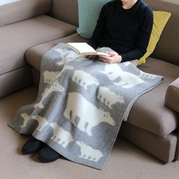 90cm×130cmの大きさで、ソファなどで使うひざ掛けとしてちょうどいいサイズ感。読書をしたり、テレビを見る時にお腹からつま先までしっかりホールドしてくれます。