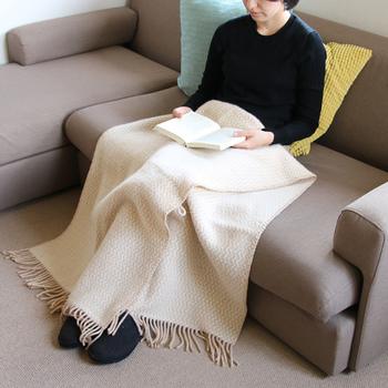 長さ200cmのたっぷりサイズだから、羽織りものとしてはもちろん、お家の中で冷えるなと感じた時にも暖かく包みこんでくれます。