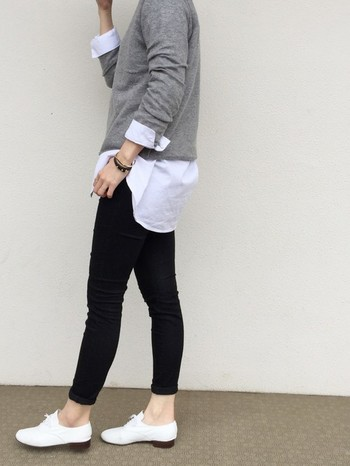 身幅の広めの裾リブなしセーターは、インナーにシャツを着た時に裾をきれいに出してポイントを作ることができます。袖からもシャツを見せるように折り返し、白を効果的にいかしたシンプルモノトーンコーデに。