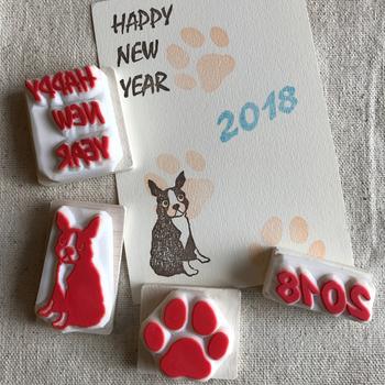 「いつもとは一味違った年賀状を送りたいな」という方は、可愛いスタンプを使っておしゃれな年賀状を作りませんか?「2018年」や干支の「戌」など、スタンプの配置や組み合わせ方によって、いろんなデザインが楽しめますよ。