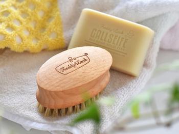 洗濯用ブラシは、部分洗いの強い味方。手洗いだけでは落としにくい汚れも、ハリコシのある豚毛がしっかりとかき出してくれます。