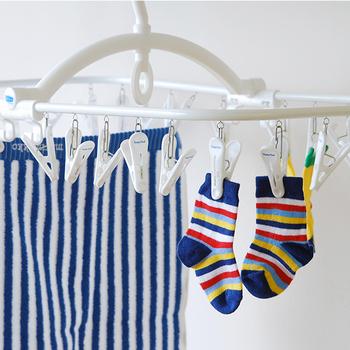 タオルや靴下などを吊り下げて干すための物干しハンガー。白を基調としたシンプル&スタイリッシュなデザイン。
