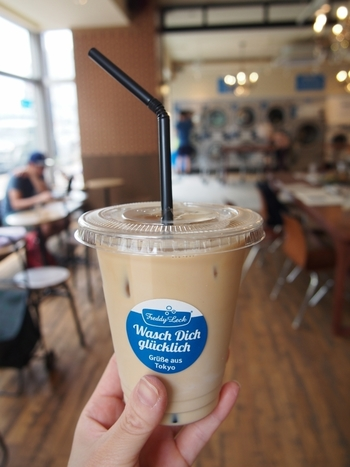 店内はコインランドリーに加え、洗濯代行サービスやクリーニングの取り次ぎも展開。サロンオリジナルのコーヒーが飲めるカフェラウンジも併設されているから、洗濯物が出来上がるまでコーヒータイムを楽しめちゃいます。