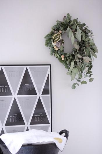 さわやかな香りを楽しめるフレッシュ(生花・草木)リースは落ち着いたグリーンがステキ。クリスマス間際に飾ってフレッシュな爽やかさを楽しむのもいいですし、ドライになっていく過程を楽しめるのも魅力のひとつです。