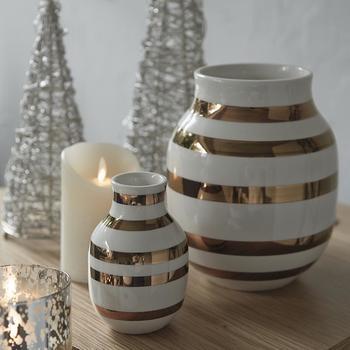 KAHLER(ケーラー)の限定フラワーベースは、クリスマスにぴったりのホワイト&ゴールド。お花や草木をいれなくても、おしゃれなフォルムと配色がステキです。