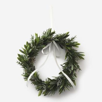 最近では、クリスマスシーズンに限らず、さまざまなリースがあって通年楽しまれている方も多いですよね。グリーンに、赤やゴールドのモチーフがかわいいリースですが、近ごろはナチュラルなものが人気のようです。