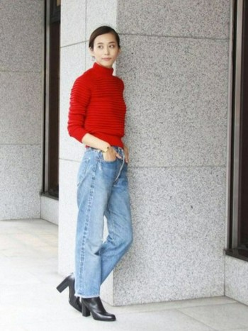 ジャストサイズの裾リブ付きのタートルニットは、ラフなデニムスタイルもすっきりと上品にまとめてくれます。