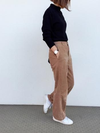 セーターの裾をボトムス入れてしまえば、裾丈関係なくすっきり着こなせますね。セーターの厚みはあまり分厚くないものを選びましょう。