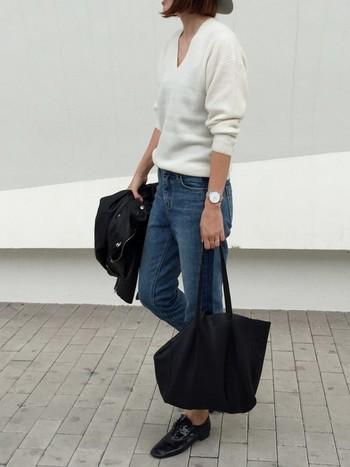 ウエストが隠れる程度のジャスト丈のセーターは、きちんとした印象に。パンツにもスカートにも合わせやすく、コーデ全体のバランスが取りやすい長さです。