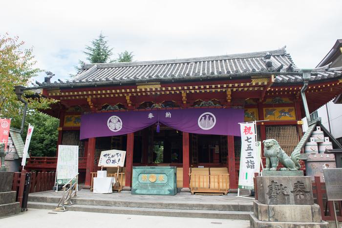"""続いては、浅草寺から徒歩1分の「浅草神社(あさくさじんじゃ)」へ。三人の神様を祀ったことから""""三社さま""""と呼ばれ親しまれています。江戸三大祭りの一つ、三社祭(さんじゃまつり)でも有名なところです。"""