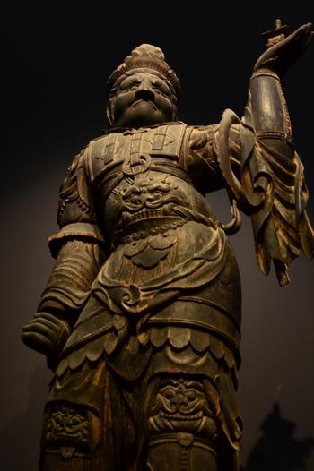 待乳山聖天で祀られている「毘沙門天(びしゃもんてん)」は、財運を授けてくれると言われている神様です。少し怖い表情をしていますが、厄除をし財を呼び込むと伝えられています。