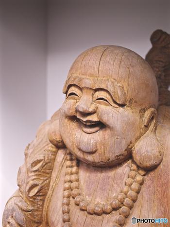 橋場不動院では、「布袋尊(ほていそん)」が祀られています。「布袋尊」は弥勒菩薩の化身とも言われており、温和な笑顔が印象的です。大きな袋を持っている姿で描かれ、夫婦円満・財宝賦与のご利益があると言われています。