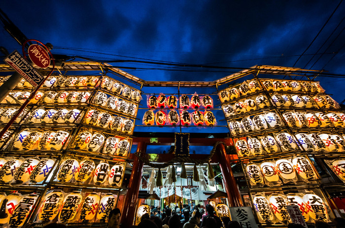 「寿老人」は石浜神社から徒歩30分ほど離れた所にある、鷲神社(おおとりじんじゃ)にも祀られています。毎年11月には「酉の市」が開催され、開運・商売繁昌を願う多くの人々で賑わいます。