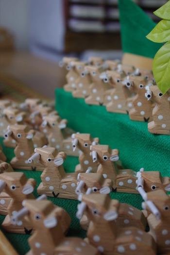 """かわいい鹿がおみくじをくわえた""""鹿みくじ""""も人気です。奈良の伝統工芸、奈良一刀彫(ならいっとうぼり)で作られた鹿は1つ1つ違う表情。どれにしようか迷ってしまいますね♪"""