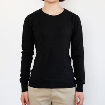 身幅が狭く、体のラインがきれいに出るウエストがシェイプされたセーターは、カーディガン・シャツ・ジャケットなどのインナーとして重ね着しやすいです。