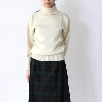 セーターを買う時は裾のリブにも注目しましょう。リブが長かったり編み方が強いと、その分ウエスト部分がシェイプされたデザインになるので、きちんとした印象を与えます。