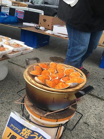 続いては、炭火でじっくりと炙った「焼きうに」。肉厚であま~く、そしてとってもジューシーながら、なんと一個500円のお手頃価格です。