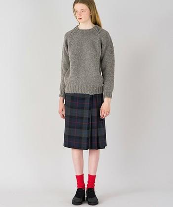 シンプルなニットに合わせるだけでも品の良さが感じられるオニール・オブ・ダブリンのキルトスカート。シルエットがとてもきれいです。