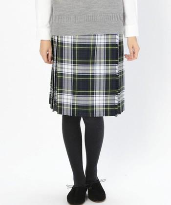 「オニール・オブ・ダブリン」はアイルランドのブランド。クラシカルなキルトスカートは定番の1着です。美しいチェック柄と時代に流されないデザインは、年を重ねても長く使いたいと思わせてくれます。冬のワードローブにぜひ加えたいですね。
